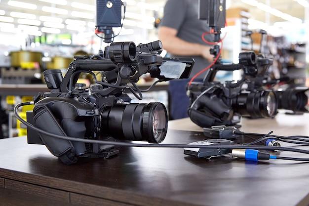 Hinter den kulissen von filmaufnahmen oder videoproduktionen arbeiten filmcrew-teams mit kameraausrüstung