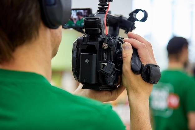 Hinter den kulissen von filmaufnahmen oder videoproduktionen und filmteam mit kameraausrüstung im freien.