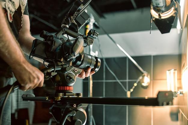 Hinter den kulissen von filmen oder videoprodukten und dem filmteam des filmteams am set im pavillon des filmstudios.
