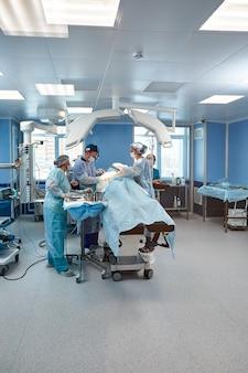 Hinter den türen des operationssaals, geräte und medizinische geräte im modernen operationssaal.