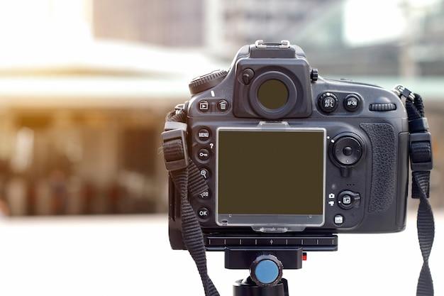Hinter digitalkamera mit stativ auf der straße