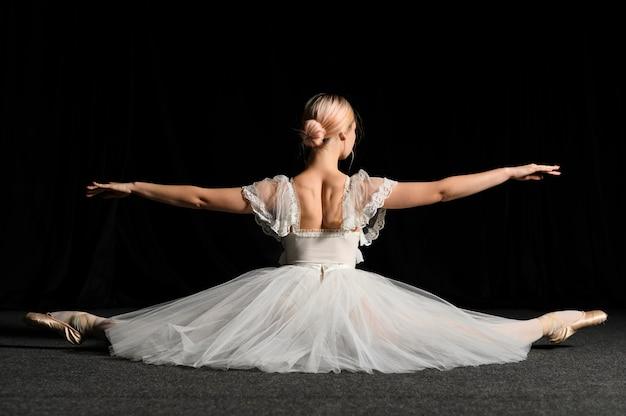 Hintere ansicht der ballerina eine spalte tuend
