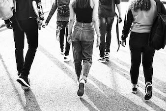 Hintere Ansicht der Gruppe Schulfreunde, die draußen Lebensstil gehen