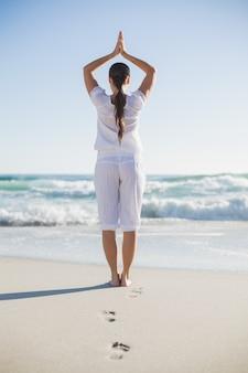 Hintere ansicht der herrlichen frau in der yogahaltung