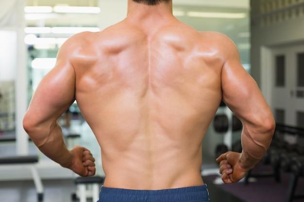 Hintere ansicht der nahaufnahme eines bodybuilders in der turnhalle
