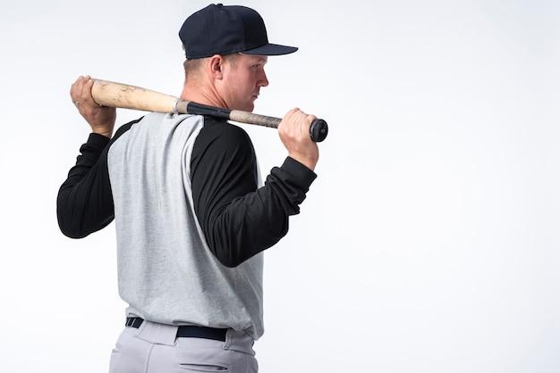 Hintere ansicht des baseball-spielers mit hieb