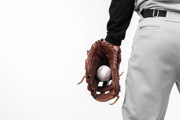 Hintere ansicht des baseballs gehalten im handschuh