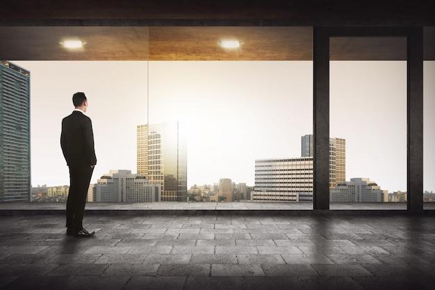 Hintere ansicht des erfolgreichen managers die stadt schauend