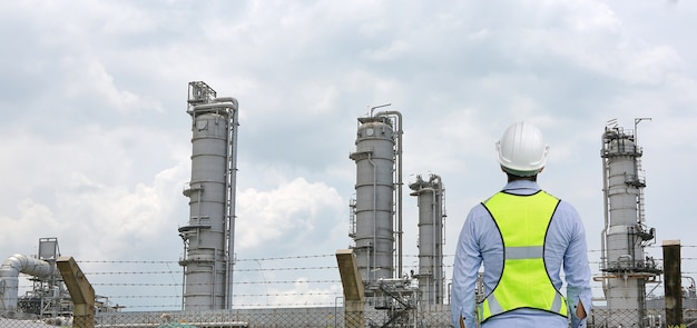 Hintere ansicht des männlichen bauarbeiters gegen gastrennanlage