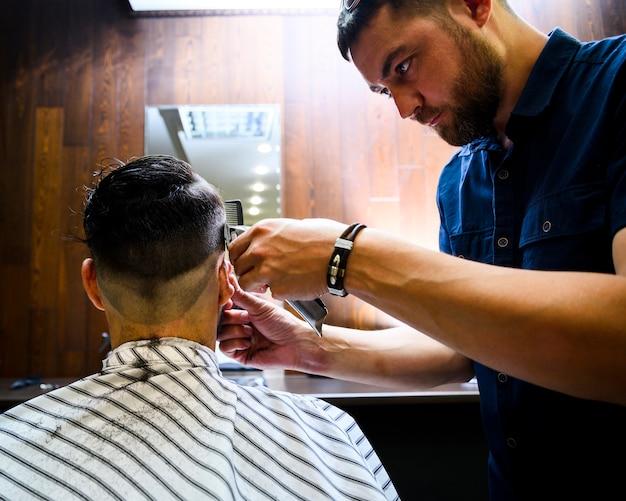 Hintere ansicht des mannes einen neuen haarschnitt erhalten