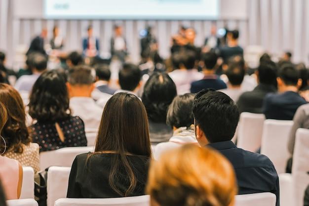 Hintere ansicht des publikums im konferenzsaal