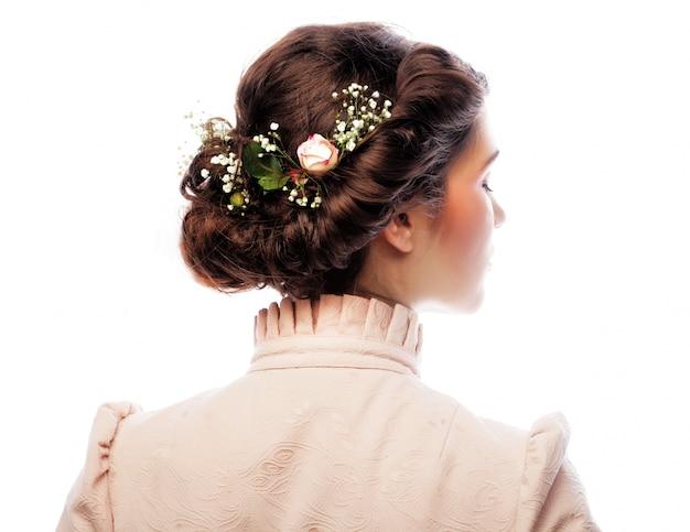 Hintere ansicht des schönen haarschnitts mit kleinen blumen