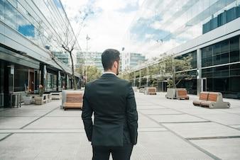 Hintere Ansicht eines Geschäftsmannes, der auf dem Geschäftscampus steht