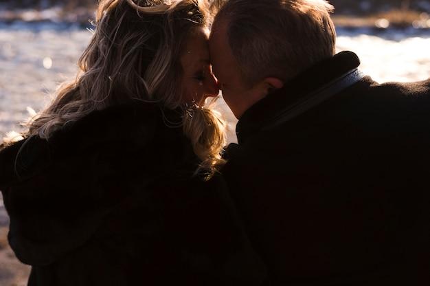 Hintere ansicht von liebevollen älteren paaren