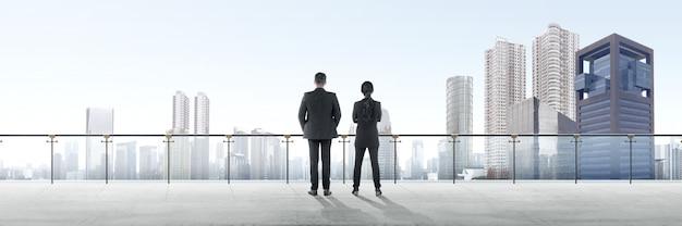 Hintere ansicht von zwei asiatischen geschäftsleuten, die auf moderner terrasse stehen und ansicht betrachten