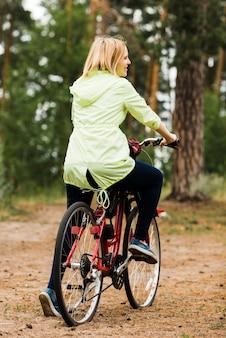 Hintere ansichtfrau auf fahrrad