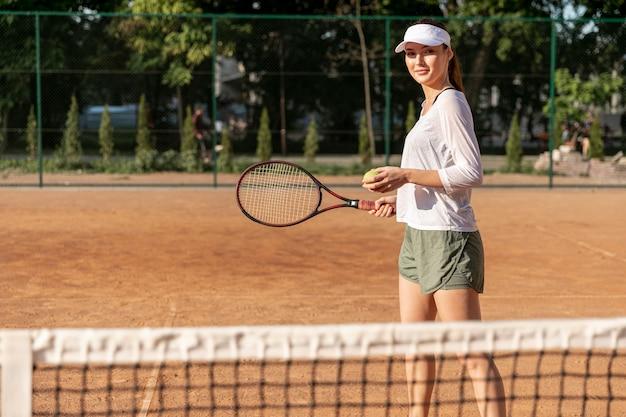 Hintere ansichtfrau auf tennisplatz