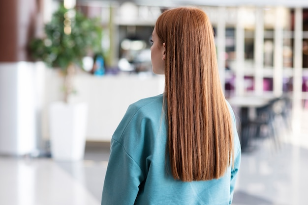 Hintere ansichtfrau mit dem schönen haar
