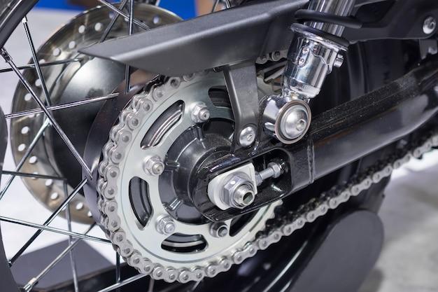 Hintere kette und kettenrad des motorradrades