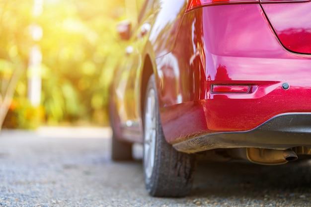 Hinteres auto wird von rotem auto oder automotorauto von glänzendem cabrio zerkratzt
