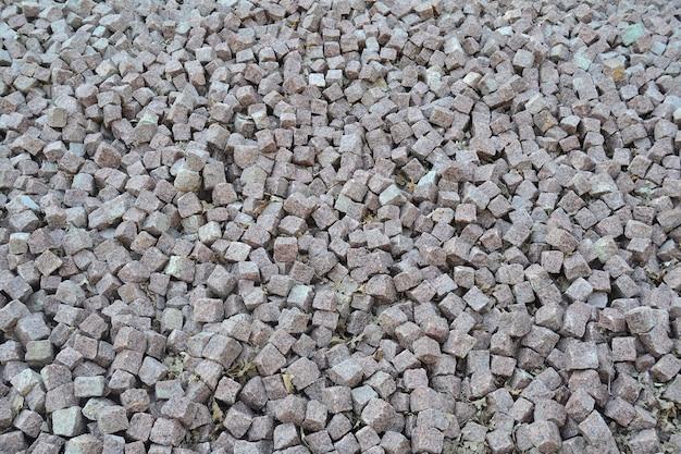 Hintergrund aus einer nahaufnahme eines haufens von zerkleinertem quadratischem stein.