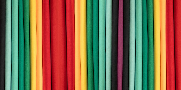 Hintergrund aus farbiger baumwollkleidung. farben des regenbogens. farbige vertikale stoffstreifen. banner