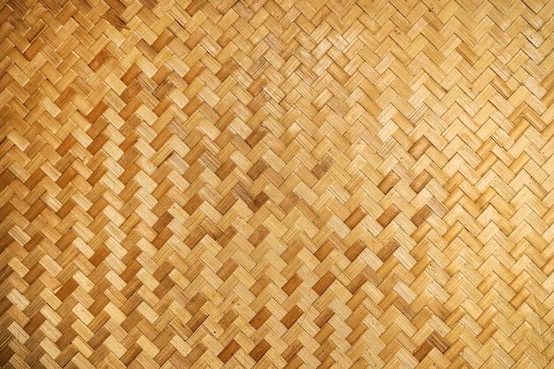 Hintergrund aus gewebtem holz. gelb gewebte bambuswand