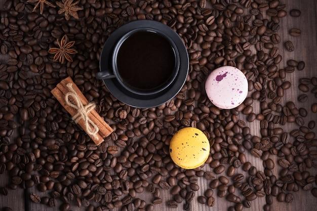 Hintergrund aus kaffeebohnen und einer tasse kaffee die ansicht von oben