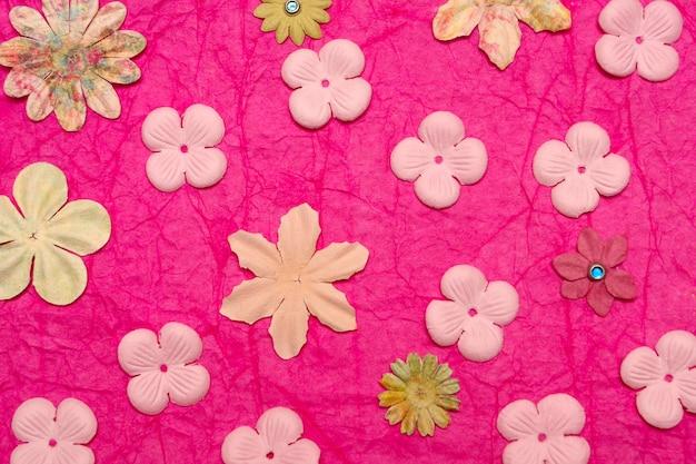 Hintergrund aus papierblumen in rosatönen