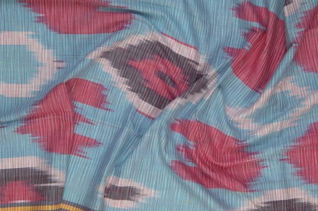 Hintergrund aus seidenstoff mit orientalischen ornamenten. usbekische seide mit ornament