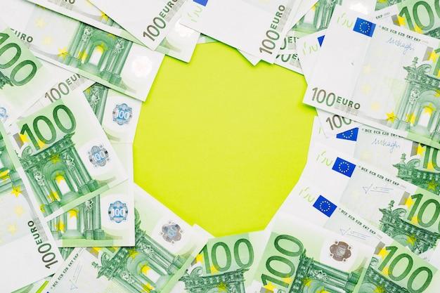 Hintergrund aus verstreuten euro-scheinen 100 hundert banknoten. geld, geschäft, finanzen, sparen, bankkonzept. wechselkurse. rahmen