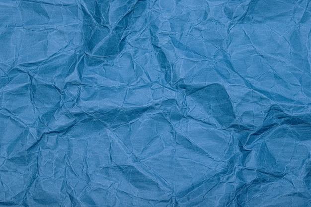Hintergrund aus zerknittertem papier (pappe). zerknittertes altes vintage blaues geschenkpapier mit textur