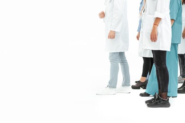 Hintergrund beschnittenes bild des personals des medizinischen zentrums, das zusammen steht. foto mit textfreiraum