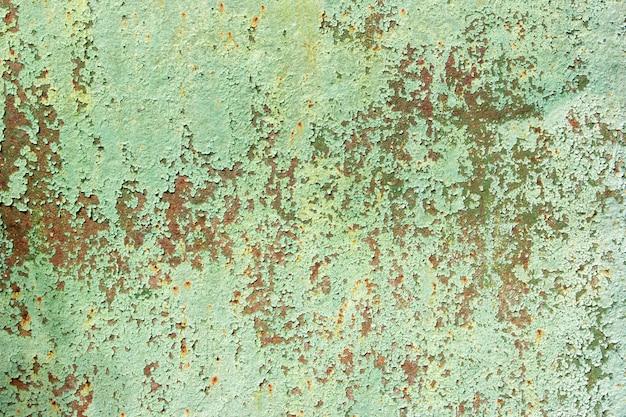Hintergrund der alten gemalten metalloberfläche. rostiges metall, abblätternde farbe, grüntöne, leuchtende farben.