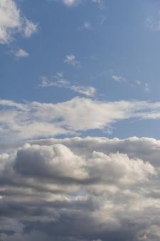 Hintergrund der dunklen wolken vor einem gewitter.