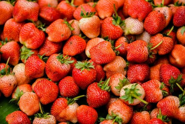 Hintergrund der frisch geernteten erdbeeren