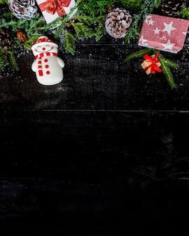 Hintergrund der frohen weihnachten und des guten rutsch ins neue jahr, wintersaison mit schnee und dekoration