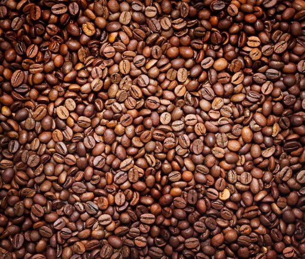 Hintergrund der gerösteten braunen kaffeebohnen.