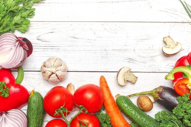Hintergrund der gesunden ernährung. unterschiedliches gemüse der lebensmittelphotographie auf weißem wwod hintergrund