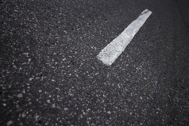Hintergrund der grauen farbe der asphaltbeschaffenheit mit einer markierung