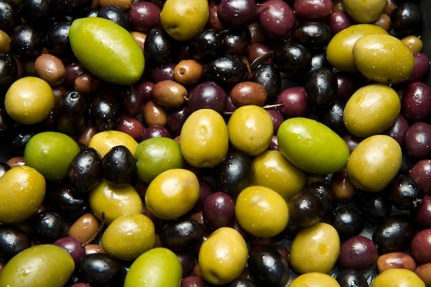 Hintergrund der grünen und schwarzen oliven