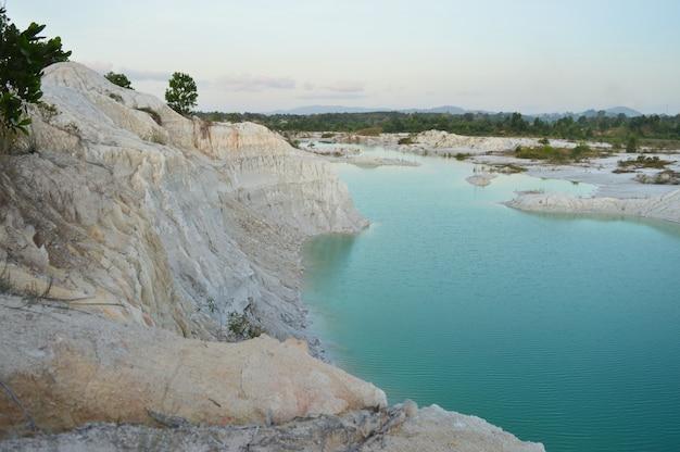 Hintergrund der landschaftsansicht von ruhigem und schönem see kanoi in indonesien