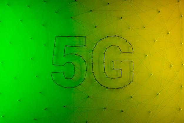 Hintergrund der modernen technologie 5g mit steigung