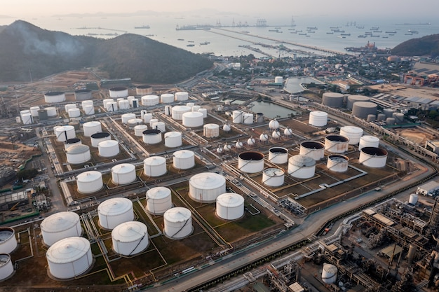Hintergrund der öl- und gasraffinerie von oben, business petrochemical industrial