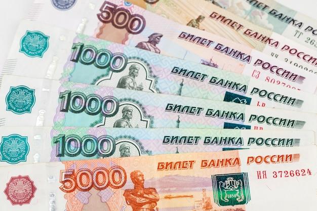 Hintergrund der russischen banknoten. rechnungen mit verschiedenen stückelungen.
