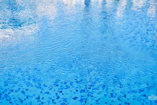 Hintergrund der wasserwellenoberfläche. nahaufnahme. regenwetter