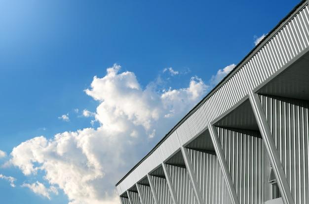 Hintergrund des abstrakten gebäudes und des blauen himmels.