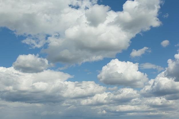 Hintergrund des blauen himmels mit einer winzigen wolke. sommertag, natur. weicher fokus. künstlicher lärm