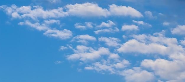 Hintergrund des blauen himmels mit weißen wolken