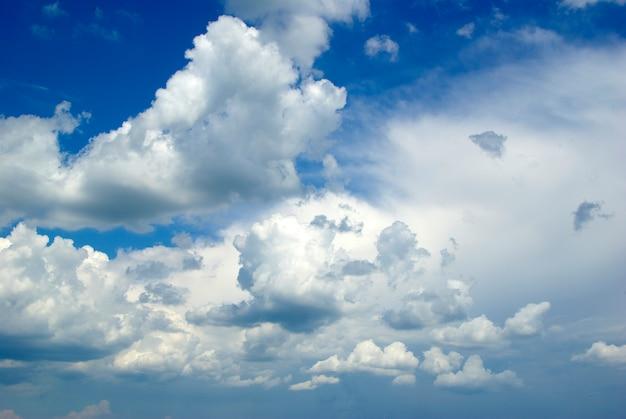 Hintergrund des blauen himmels mit winzigen wolken